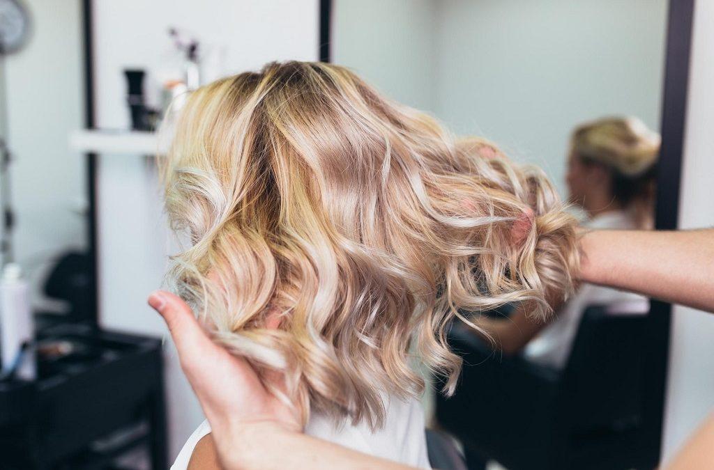 Réussir son balayage blond : polaire, cendré, californien, miel, foncé