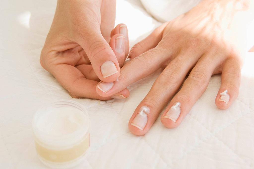 enlever des faux ongles en gel UV ou en résine