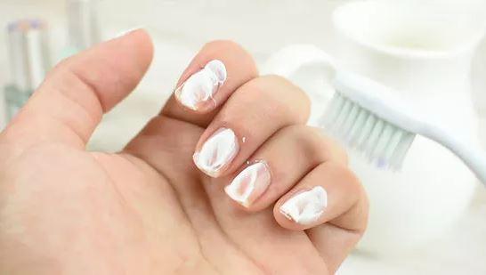blanchir les ongles avec du dentifrice