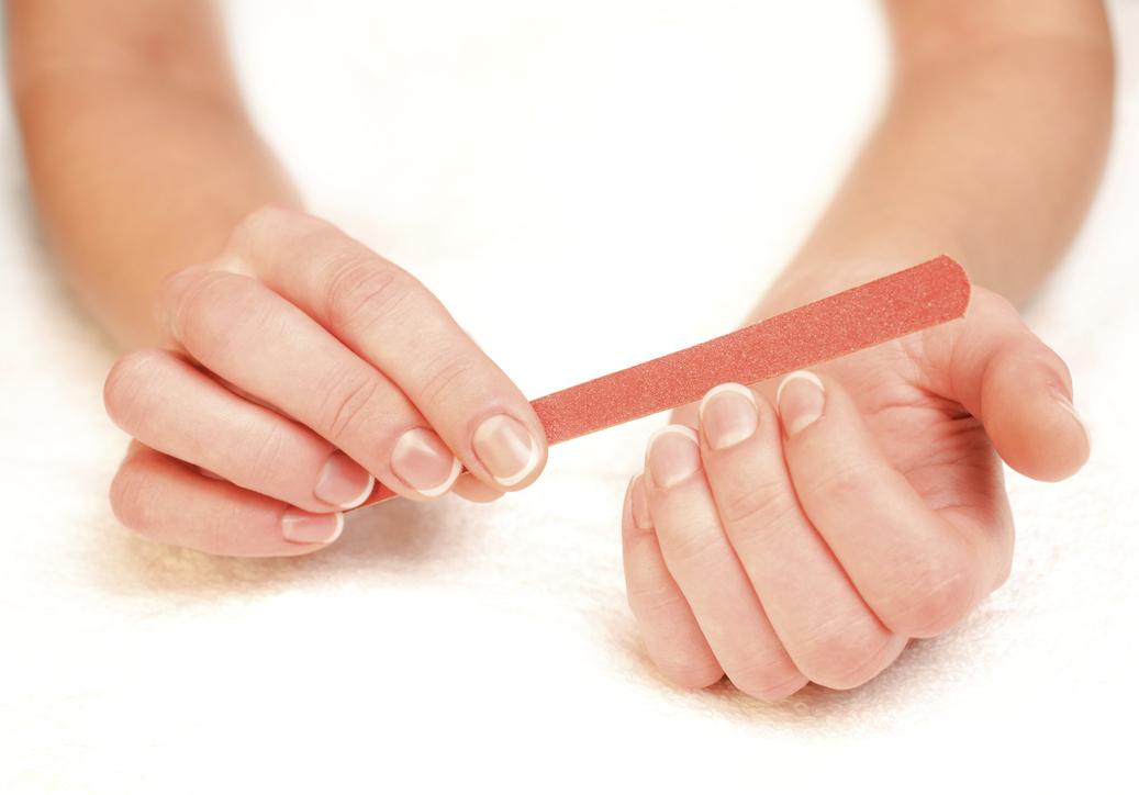 mouvement pour se limer les ongles
