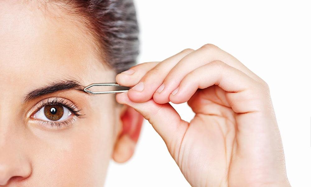 épilation des sourcils à la pince à épiler