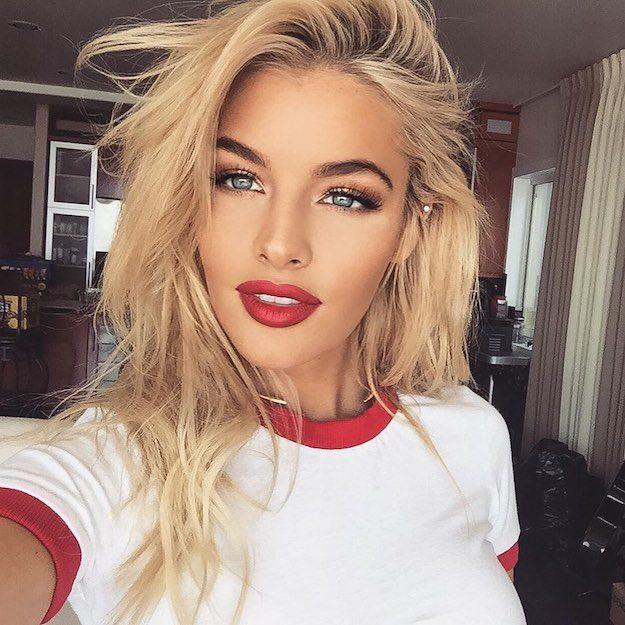blonde rouge à lèvre rouge