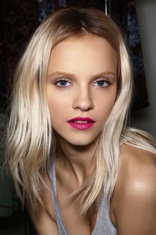 blonde rouge à lèvres fushia