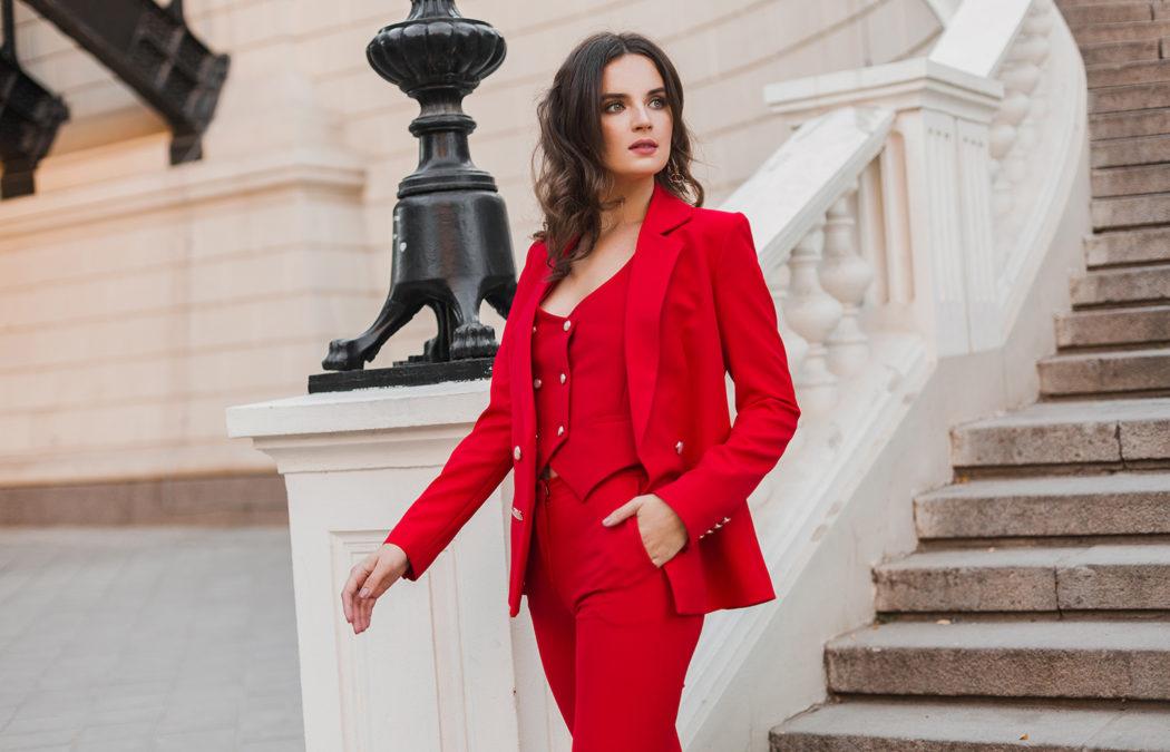Comment porter le tailleur femme avec style ?