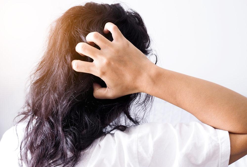 Douleurs au cuir chevelu : causes et comment réagir?