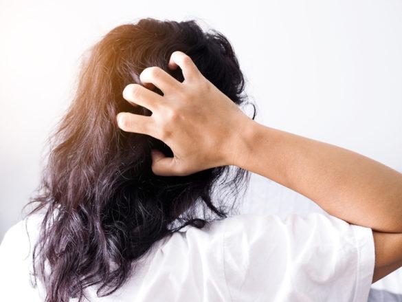 Douleurs au cuir chevelu causes et comment réagir