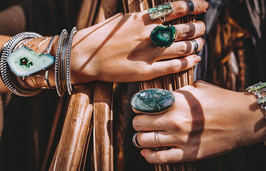 La tendance des bijoux en fibres et matières naturelles